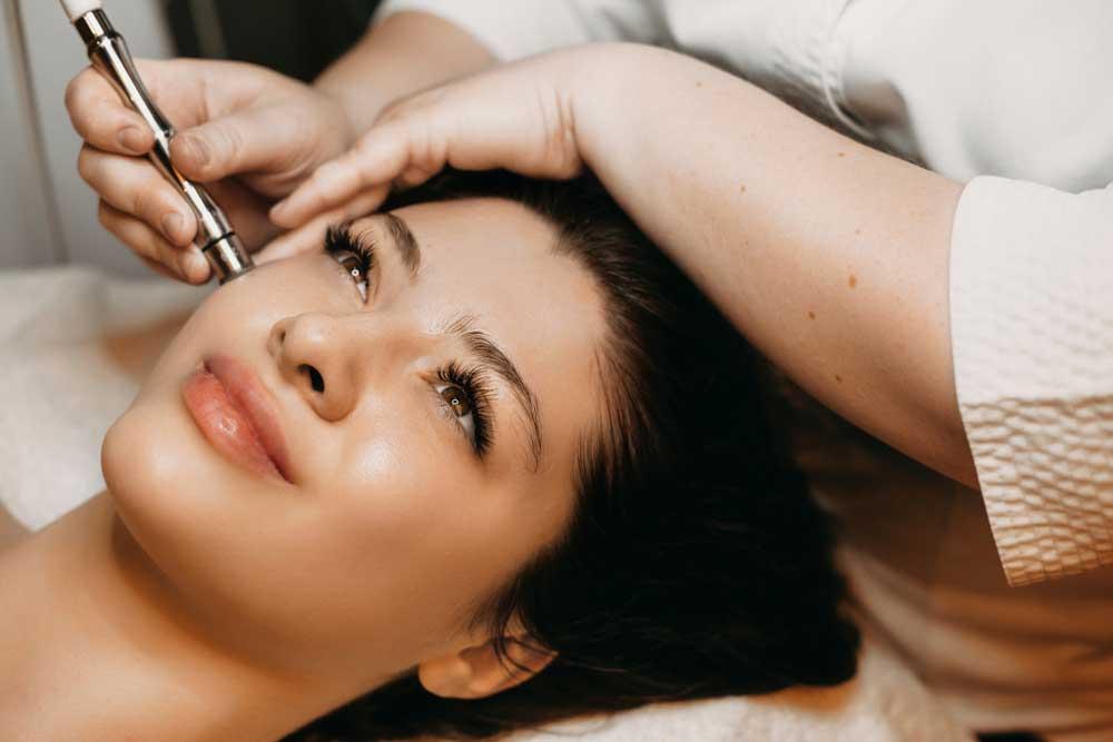 Manfaat Microdermabrasi Untuk Kulit Cerah & Bebas Noda di Wajah
